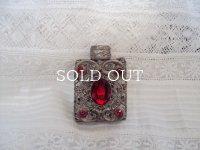 赤いガラス飾りの香水瓶
